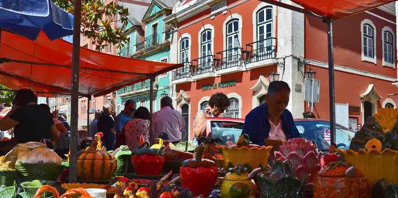 Produtores locais de cerâmica na Praça da Fruta em Caldas da Rainha